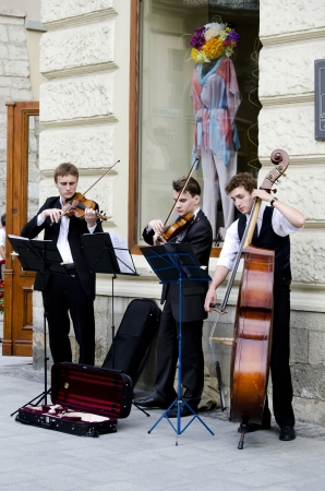 lemberg: LVIV, UKRAINE - JUNE 13, 2012: Street musicians in the center of Lvov entertain tourists, who came to the UEFA EURO-2012. In Lviv are held football matches EURO-2012.