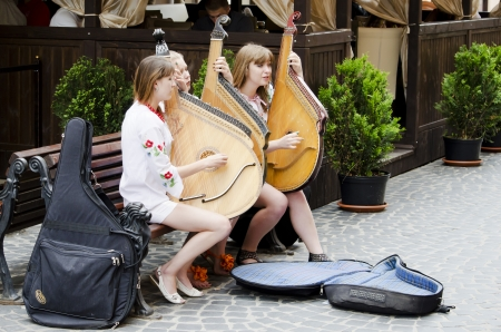 lemberg: LVIV, UKRAINE - JUNE 13: Street musicians in the center of Lvov entertain tourists, who came to the UEFA EURO-2012 on June 13, 2012 in Lviv, Ukraine. In Lviv are held football matches EURO-2012.