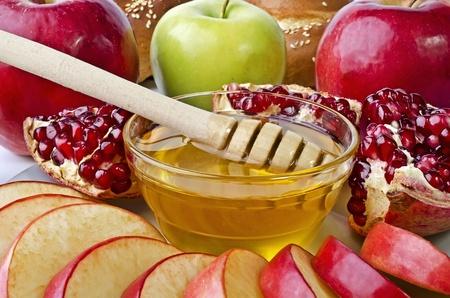 högtider: Stilleben Närbild - challah, äpplen, granatäpple och skål med honung närbild. Illustration av Rosh Hashanah (judiska nyåret) eller Frälsare Apple Feast Day Stockfoto