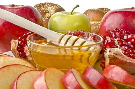 Still life closeup - challah, apples, pomegranate and bowl of honey, isolated over white. Illustration of Rosh Hashanah (jewish new year) or Savior of the Apple Feast Day Stockfoto