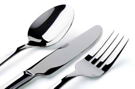 cuchara y tenedor: Cubiertos: cuchara, tenedor, cuchillo primer plano, aislado en un fondo blanco Foto de archivo