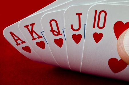 jeu de carte: Jeu de cartes - royal flush sur fond rouge