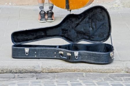 guitar case: Estuche de guitarra abierto close-up para recaudar dinero Foto de archivo