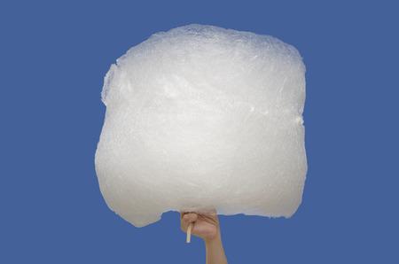 algodon de azucar: Algodón Caramelo grande de cerca, aislado sobre azul