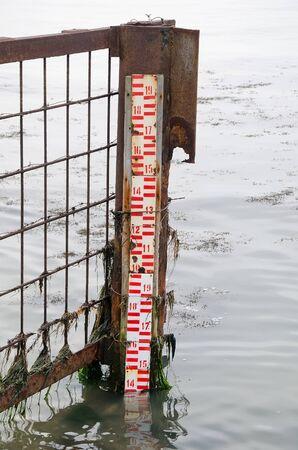 determining: Rastrillo para medir el nivel del mar. El sistema para la determinaci�n de inundaci�n.