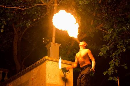 under fire: Kerch, Crimea, Rusia - 26 de junio: la demostraci�n del funcionamiento fuego se llev� a cabo bajo el cielo destino abierto de la gran gobernante Mitr�dates no jug� por actores profesionales el 26 de junio, 2015, en Kerch, Crimea, Rusia