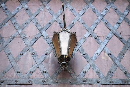 puertas de hierro: L�mpara de calle en puertas de hierro forjado en Pidhirtsi, Lvov, Ucrania