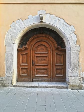 Antigua puerta de madera en el centro de Lviv, Ucrania Foto de archivo - 76650394