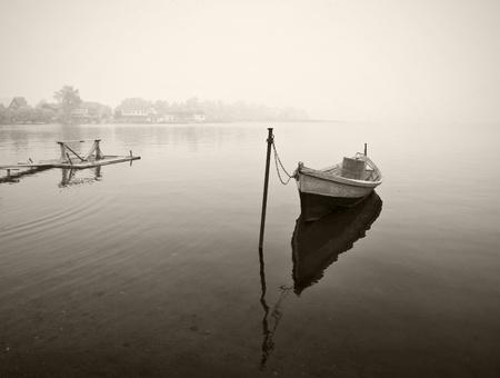 bateau: Vieux bateau en bois dans le brouillard, en noir et blanc