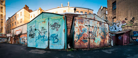 krottenwijk: Oud, gesloten, stoffige en roestige garages in getto Stockfoto