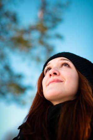 Hermosa ni�a mirando hacia arriba y so�ar con la sonrisa en la cara Foto de archivo - 12865804