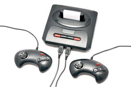 niños jugando videojuegos: Aislado de la consola retro negro y plástico con dos almohadillas de control
