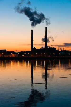 vapore acqueo: Plant, posto sulla sponda della città, riflette in acqua