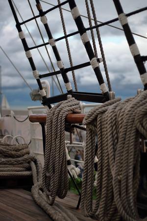 polea: poleas y cuerdas velero de madera antigua detalle Foto de archivo