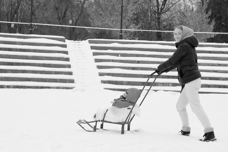 niño empujando: Mam moves the sled Foto de archivo