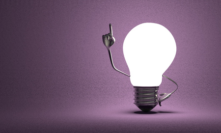 Glowing light bulb character with big metallic hands in moment of insight on violet textured background Standard-Bild