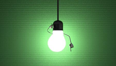 enchufe de luz: Glowing car�cter bombilla en el z�calo de la l�mpara en el alambre en un momento de discernimiento sobre fondo verde de textura Foto de archivo