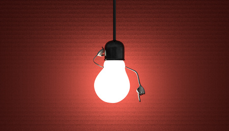 enchufe de luz: Glowing car�cter bombilla en el z�calo de la l�mpara en el alambre en un momento de discernimiento sobre fondo rojo de textura