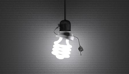 enchufe de luz: Glowing car�cter bombilla de luz fluorescente en el z�calo de la l�mpara en el alambre en un momento de discernimiento en textura de fondo gris Foto de archivo