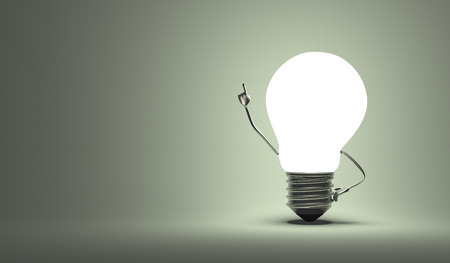 Glowing light bulb character in aha moment on gray background Standard-Bild