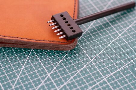 punch for leather and leather wallet on freen cutting mat Zdjęcie Seryjne