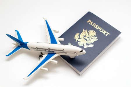 Model plane and US passport. American visa. Travel concept. Foto de archivo
