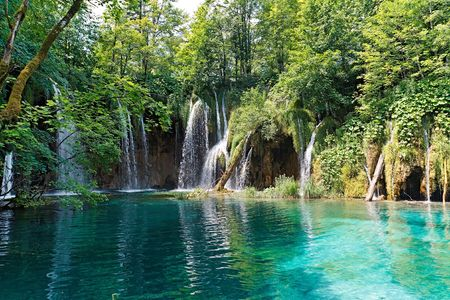 turquesa: Cascadas y lago en el Parque Nacional de los lagos de Plitvice, en Croacia.
