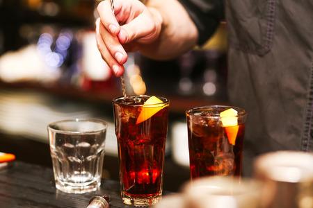 cocteles de frutas: Alcohol revuelo Barman. proceso de preparación de un cóctel