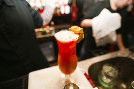 alcool: cocktail sans alcool sur le fond de la barre Banque d'images