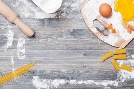 harina: Contacto de balanceo en una mesa de madera clara con harina