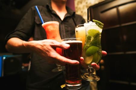 tomando alcohol: Alcohol revuelo Barman. proceso de preparación de un cóctel