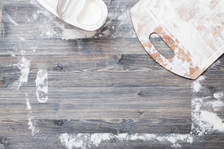 tranches de pain: Flour sur fond d'une table en bois clair Banque d'images