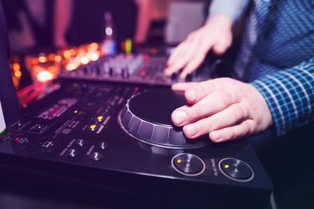 party dj: DJ de club jugando mezclando música giradiscos de vinilo en la fiesta