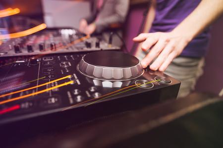 Club DJ spelen mixen van muziek op vinyl draaitafel bij partij Stockfoto