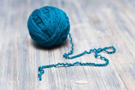 gomitoli di lana: sfera blu di lana su sfondo di legno