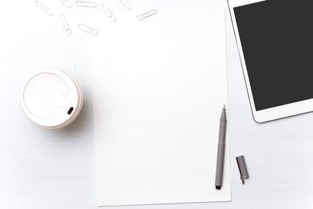 Herramientas de diseño. Detrás de un escritorio. En el proceso de creación. Fondo para el texto y los gráficos. Papel para el texto