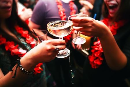 gente celebrando: Tintineo de vasos con alcohol y tostado, fiesta. Felicitaciones al evento. Amigos alegres del partido Foto de archivo