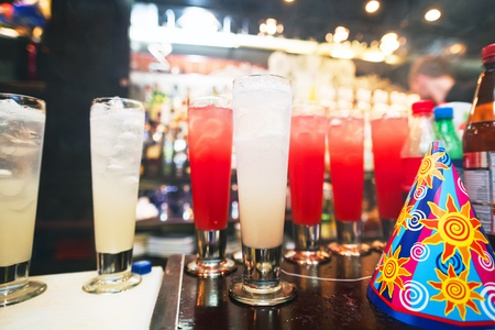 bebidas alcoh�licas: Barman stir alcohol. Process of preparing a cocktail. Alcoholic beverages in glass