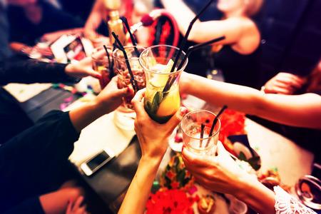 donne eleganti: Clinking bicchieri con alcool e tostatura, festa Archivio Fotografico