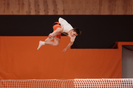 gravedad: Young athlete on the trampoline in the graceful flight.