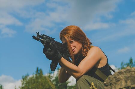 militaire sexy: girl soldier to aim the gun at the sky
