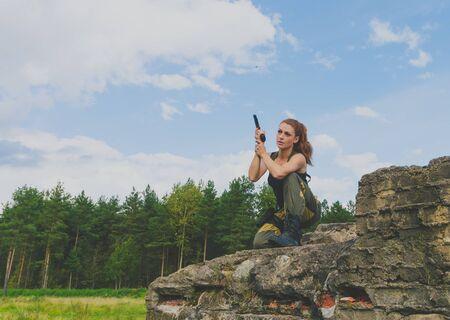 militaire sexy: belle fille militaire assis sur un abri en béton.