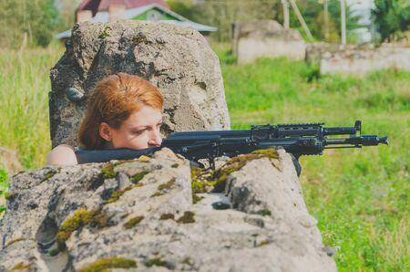 militaire sexy: fille militaire avec une arme à feu close-up pour le logement Banque d'images