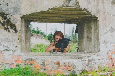 militaire sexy: dangerous girl in the form of soldiers with guns in the shelter Banque d'images