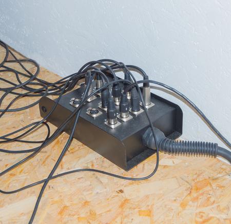 Câble d'extension qui a coincé les fils des instruments de musique. Banque d'images - 76388075