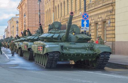 러시아, 상트 페테르부르크, 5 월 7 일, 2017 - 승리 퍼레이드 리허설에서 Millionnaya 거리에있는 탱크.