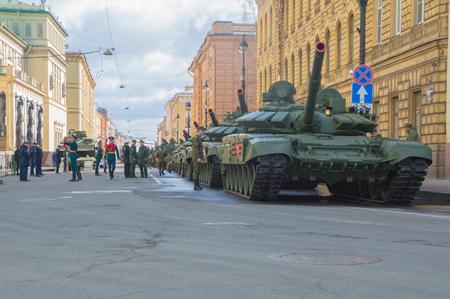 러시아, 상트 페 테르 부르크, 2017 년 7 월 7 일 - 승전 퍼레이드 리허설에서 Millionnaya 거리의 탱크와 군인.