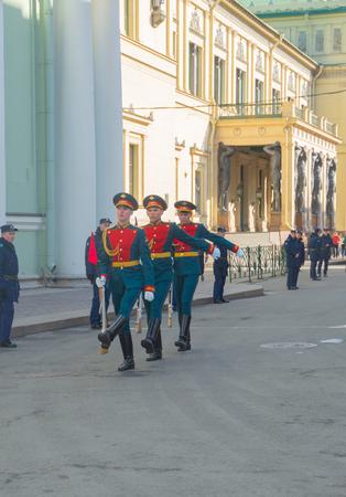 ロシア、サンクトペテルブルグ、2017 年 5 月 7 日 - 勝利パレードのリハーサルで新しいエルミタージュに儀仗兵。 報道画像