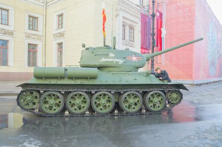 러시아, 상트 페테르부르크, 5 월 7 일, 2017 - t-34 승리 퍼레이드 리허설에서 에르 미 티지에서 탱크. 에디토리얼