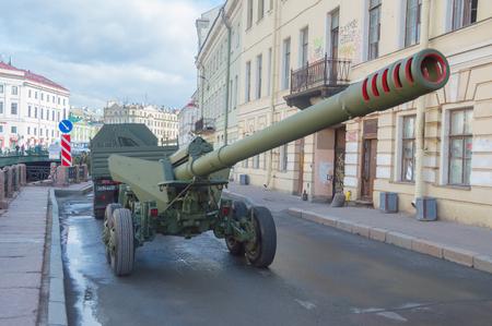 러시아, 상트 페테르부르크, 7 5 월 2017, 승리 퍼레이드의 리허설 - 해안가에 총을 가진 차량의 호송.